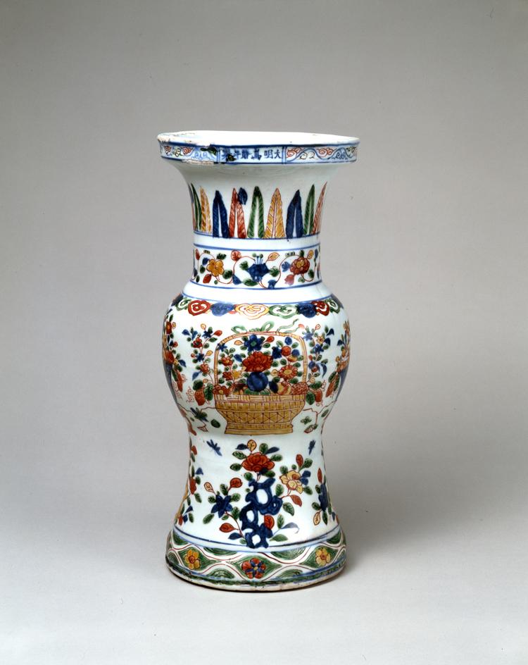 五彩花籠図瓶