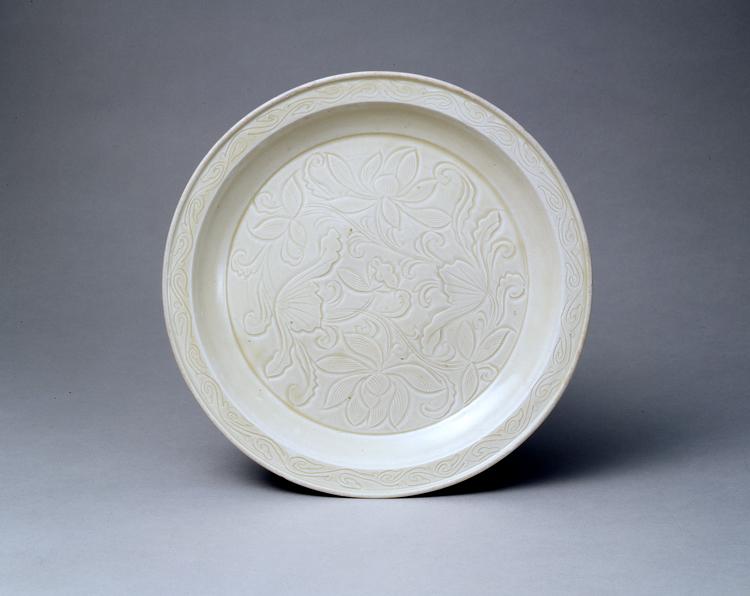 白磁刻花蓮花文盤